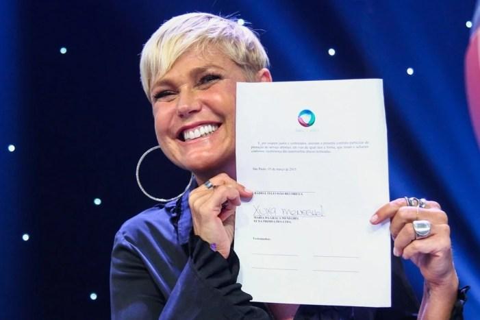 Xuxa assinando contrato com a Record em 2015 (Foto: Reprodução)