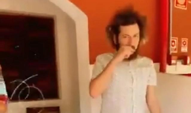Cartolouco fumando um cigarro no hotel de A Fazenda (Foto: Reprodução) Record