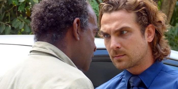 Alberto (Igor Rickli) descobre segredo de Cassiano (Henri Castelli) em Flor do Caribe (Foto: Reprodução/Globo)