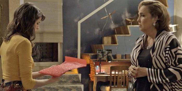Camila (Agatha Moreira) e Lucrécia (Claudia Jimenez) são atingidas por explosão em Haja Coração (Foto: Reprodução/Globo)