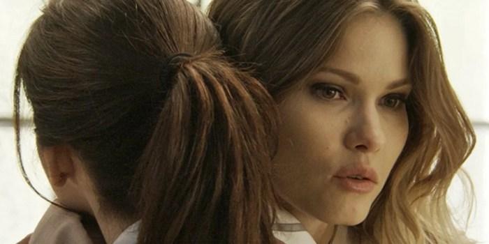 Jéssica (Karen Junqueira) abraça Shirlei (Sabrina Petraglia) após humilhação em Haja Coração (Foto: Reprodução/Globo)