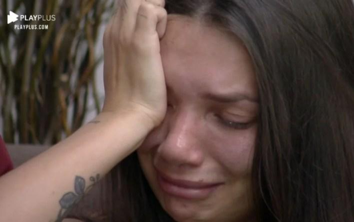 Stéfani Bays chorando (Foto: Reprodução)