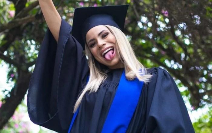 Lexa comemora em seu Instagram a conclusão da graduação em marketing(Foto: Reprodução)
