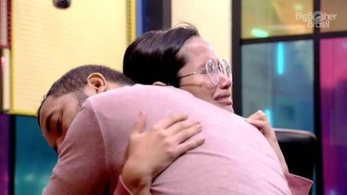 BBB21: Gilberto chora e Juliette o consola (Foto: Reprodução)