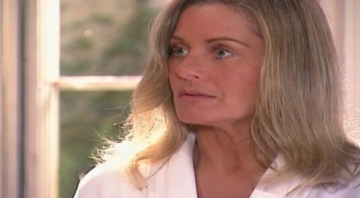 Helena (Vera Fischer) revela a Pedro que Camila é filha dele em Laços de Família (Foto: Reprodução/TV Globo)