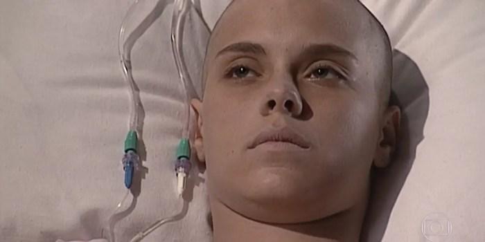 Camila (Carolina Dieckmann) em cena de Laços de Família; jovem descobre que está curada  (Foto: Reprodução/TV Globo)