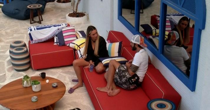 Rodolffo e Sarah conversam e a loira mente (Foto: Reprodução)