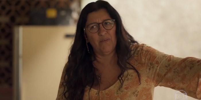 Lurdes (Regina Casé) acaba dada como morta após armação de Thelma (Adriana Esteves) em Amor de Mãe (Foto: Reprodução/TV Globo)