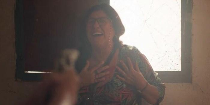 Lurdes (Regina Casé) leva tiro de Thelma e fica à beira da morte em Amor de Mãe (Foto: Reprodução/TV Globo)