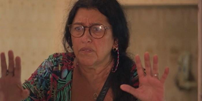 Lurdes (Regina Casé) acaba sendo encontrada por Danilo (Chay Suede) em Amor de Mãe (Foto: Reprodução/TV Globo)