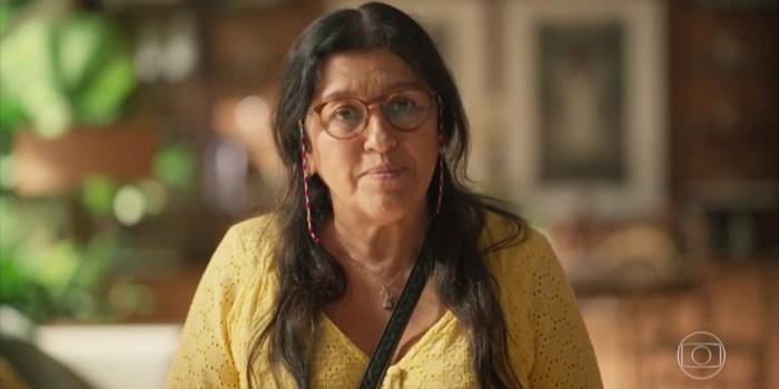Regina Casé (Lurdes) em cena do primeiro capítulo de Amor de Mãe; novela voltou com boa audiência (Foto: Reprodução/TV Globo)