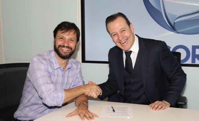 Celso Zucatelli, apresentador de A Fazenda, e o diretor da Record Guerreiro (Foto: Antonio Chahestian/RECORD TV)