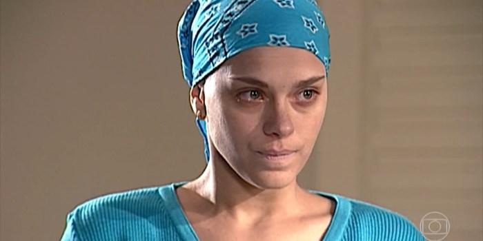 Camila (Carolina Dieckmann) recebe notícia que muda sua vida em Laços de Família (Foto: Reprodução/TV Globo)