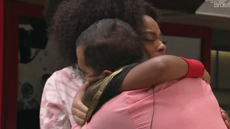 BBB21: Lumena e Gil se abraçam após sister ir para o Paredão (Foto: Reprodução)