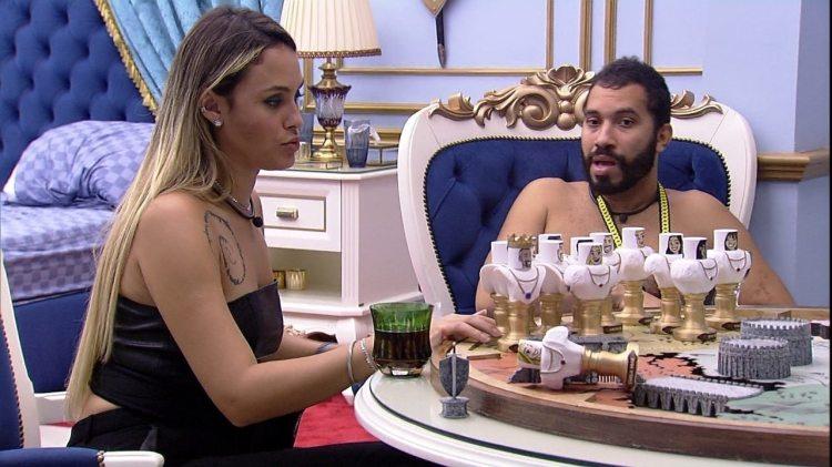 BBB21: Gil e Sarah conversam no quarto do líder, e o papo acaba envolvendo Arthur (Foto: Reprodução)