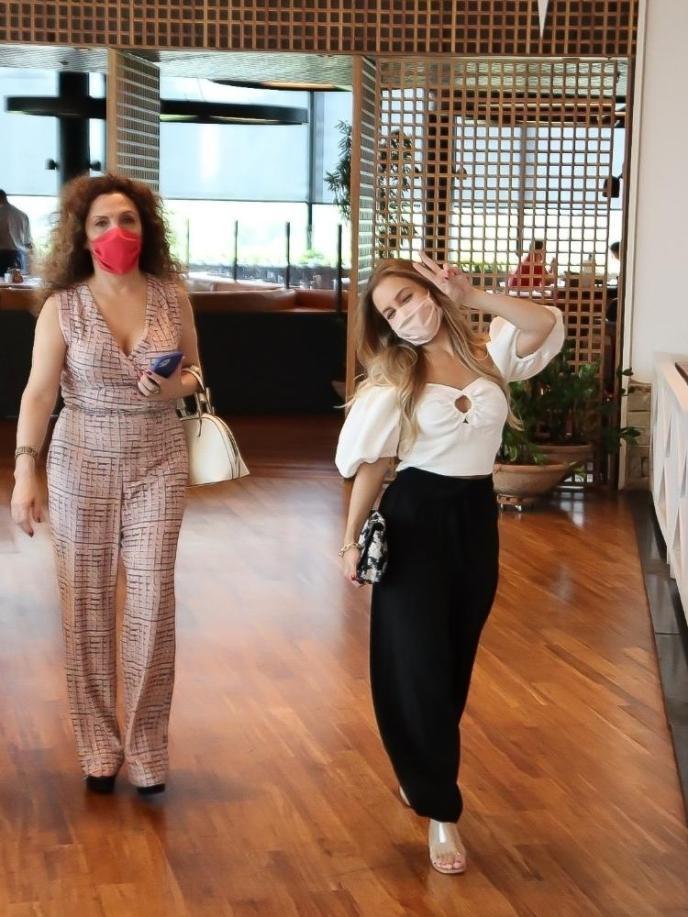 Carla Diaz e a mãe em restaurante