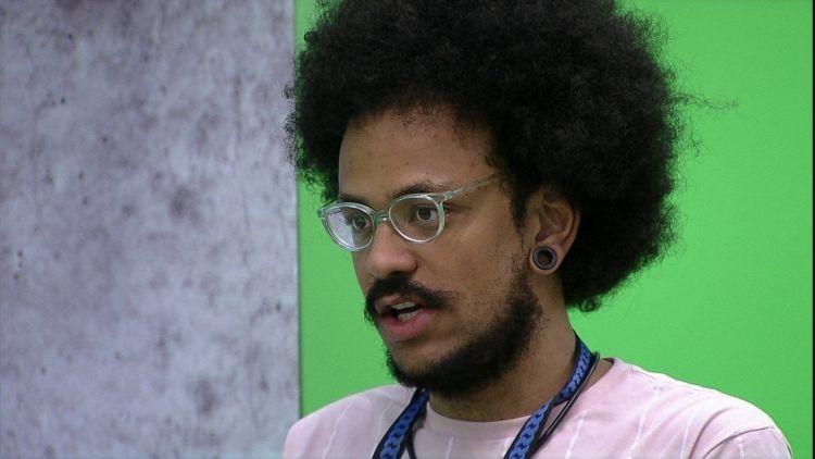 João Luiz, eliminado do BBB21, demonstra antipatia em aeroporto (Foto: Reprodução)