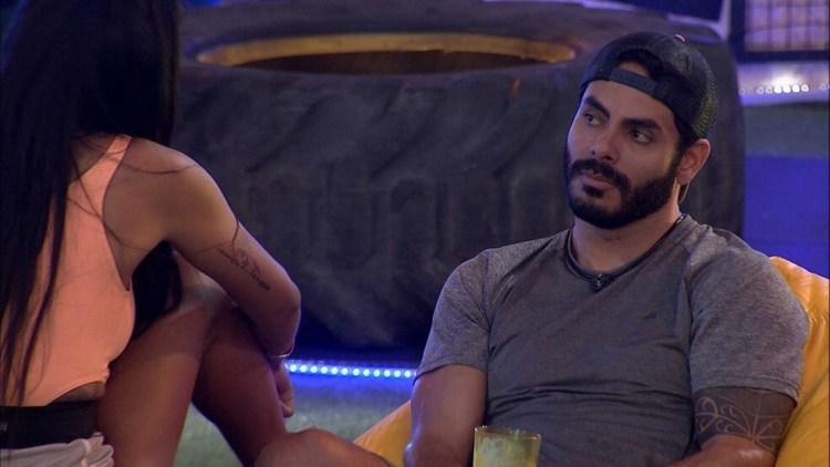 BBB21: Pocah e Rodolffo conversam na festa do líder Arthur (Foto: Reprodução)