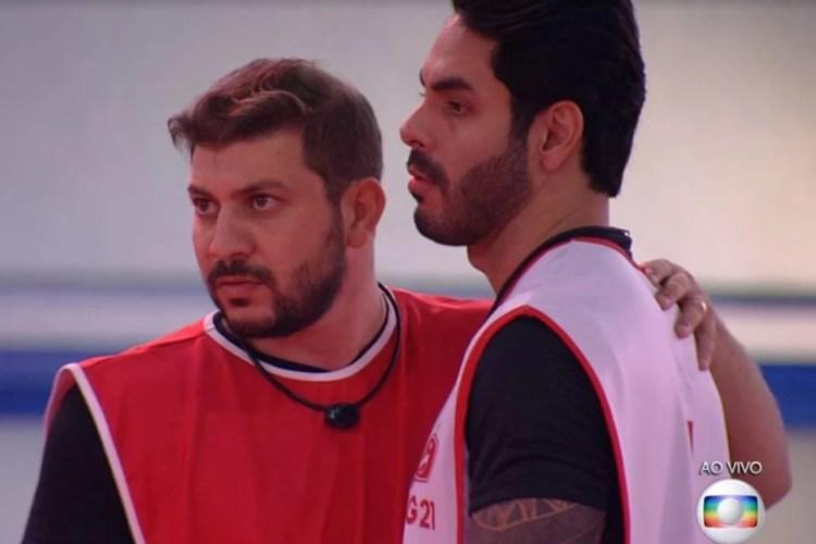 Caio e Rodolffo juntos em uma prova de resistência no BBB21 (Foto: Reprodução)