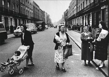 Roger Mayne, Women, Southam Street, North Kensington, 1961