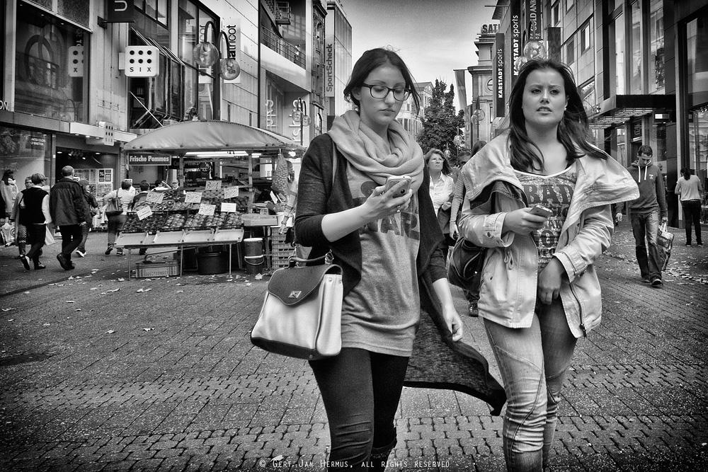 Straatfotografie - Vrouwen met telefoon