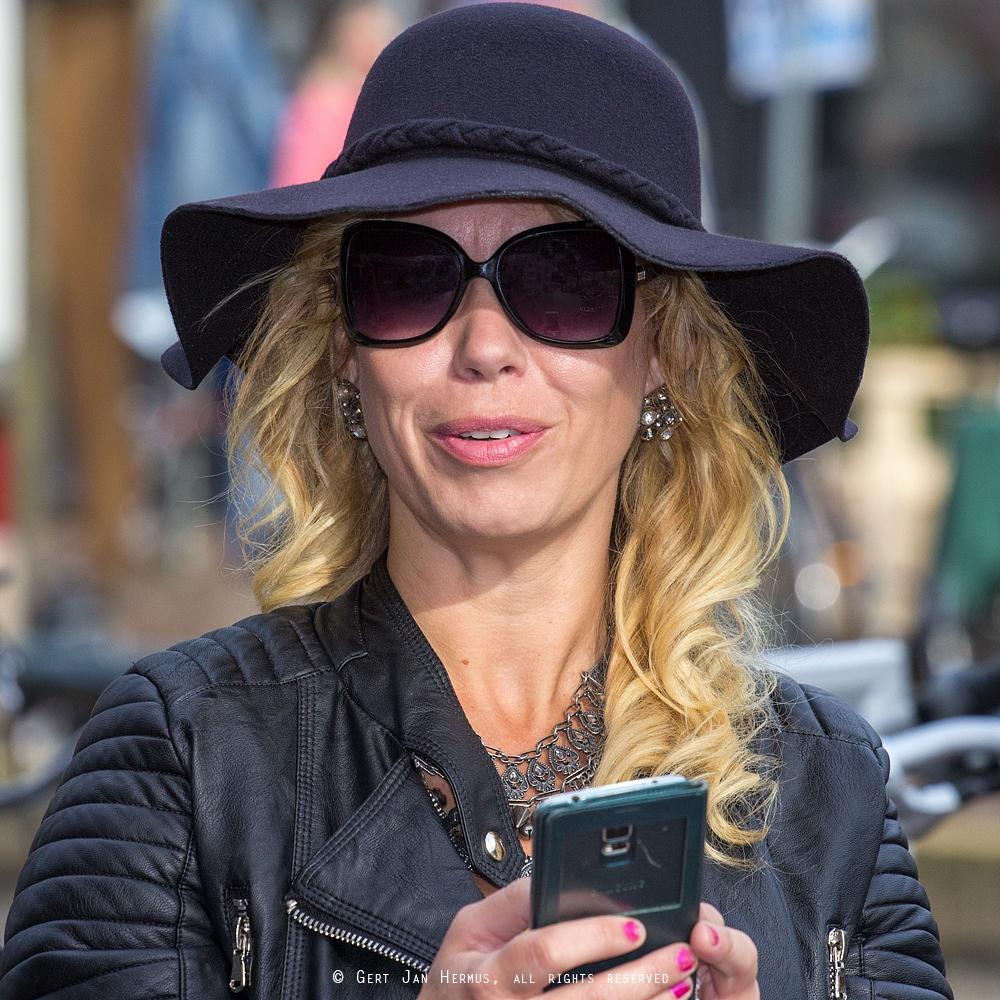 Straatportret vrouw met hoed