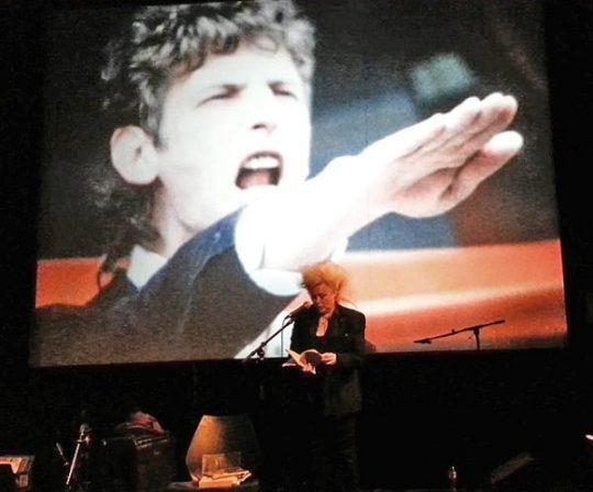 Mike von Bibikov houdt Diana Ozon hand boven het hoofd