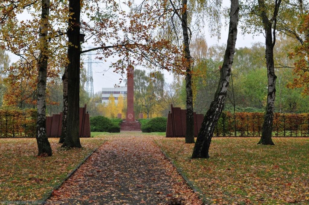 Birken vor dem sowjetischen Memorial, Parkfriedhof Marzahn