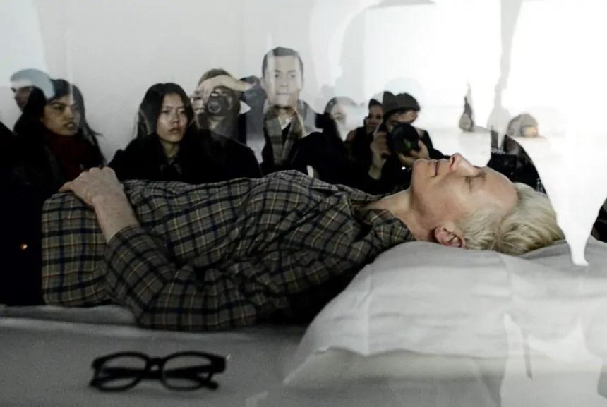 Tilda Swinton schläft in einer Vitrine des MoMa, New York, 2013; Quelle: sueddeutsche.de