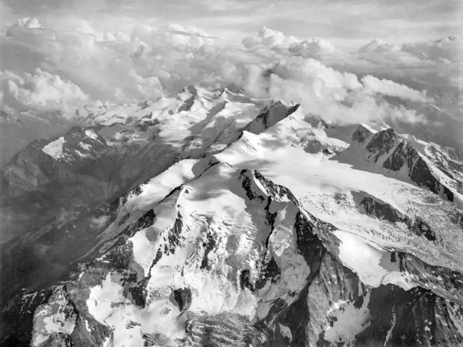 Luftaufnahme aus Ballongondel Eduard Spelterinis. Mischabel-Gruppe bei Saas-Fee von Norden her gesehen; Quelle: commons.wikimedia.org