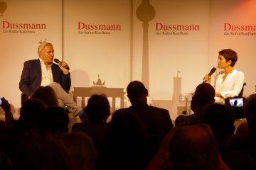 Buchvorstellung bei Dussmann: Klaus Wowereit am 7. Mai 2018 im Gespräch mit Madeleine Wehle. Foto: Ulrich Horb
