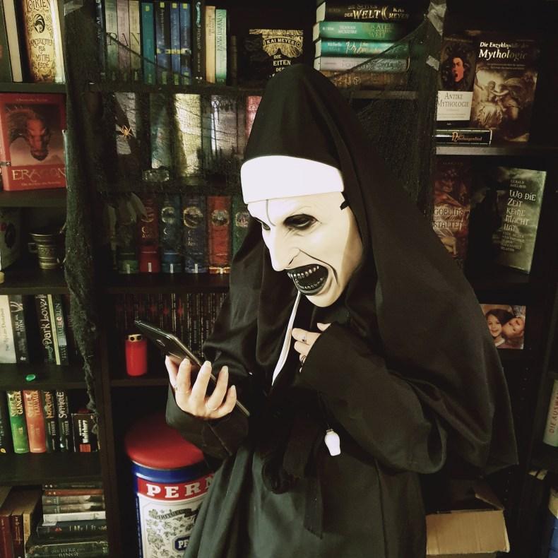 Böse Nonne am Lesen