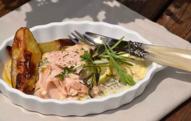 Lachsfilet mit Soße und Kartoffel