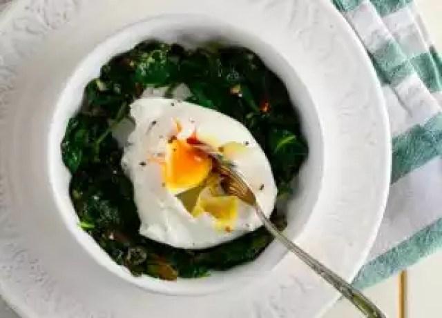 Spinat mit pochiertem Ei