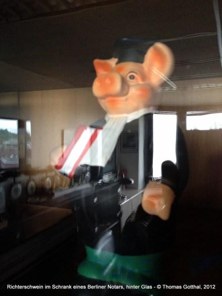Rechtsprechendes Schwein im Glasschrank eines Berliner Notars