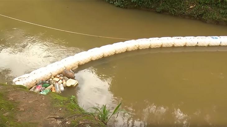 Brasileiro cria eco barreira para despoluir rio