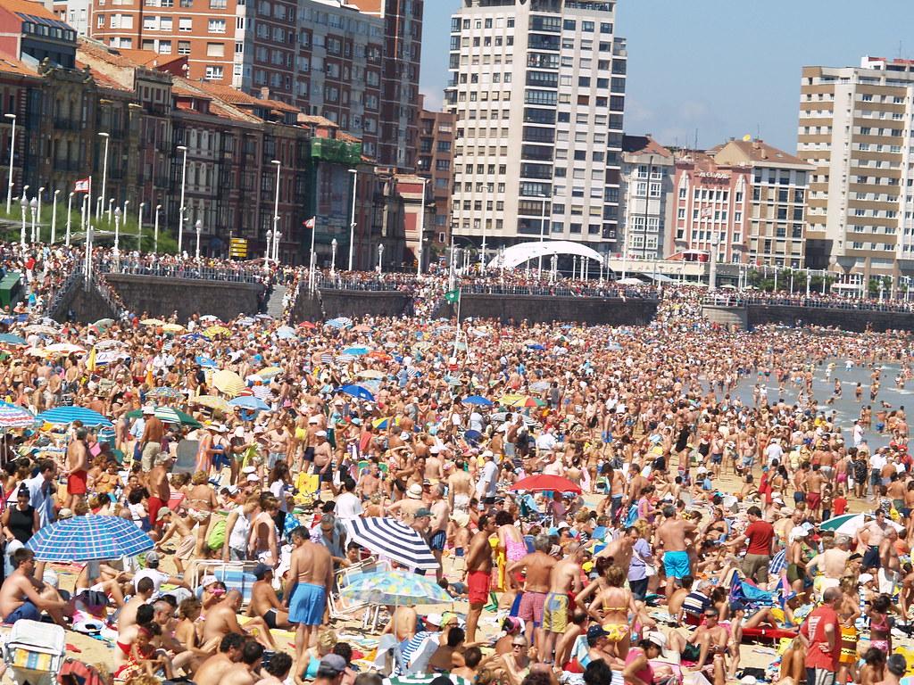playa abarrotada