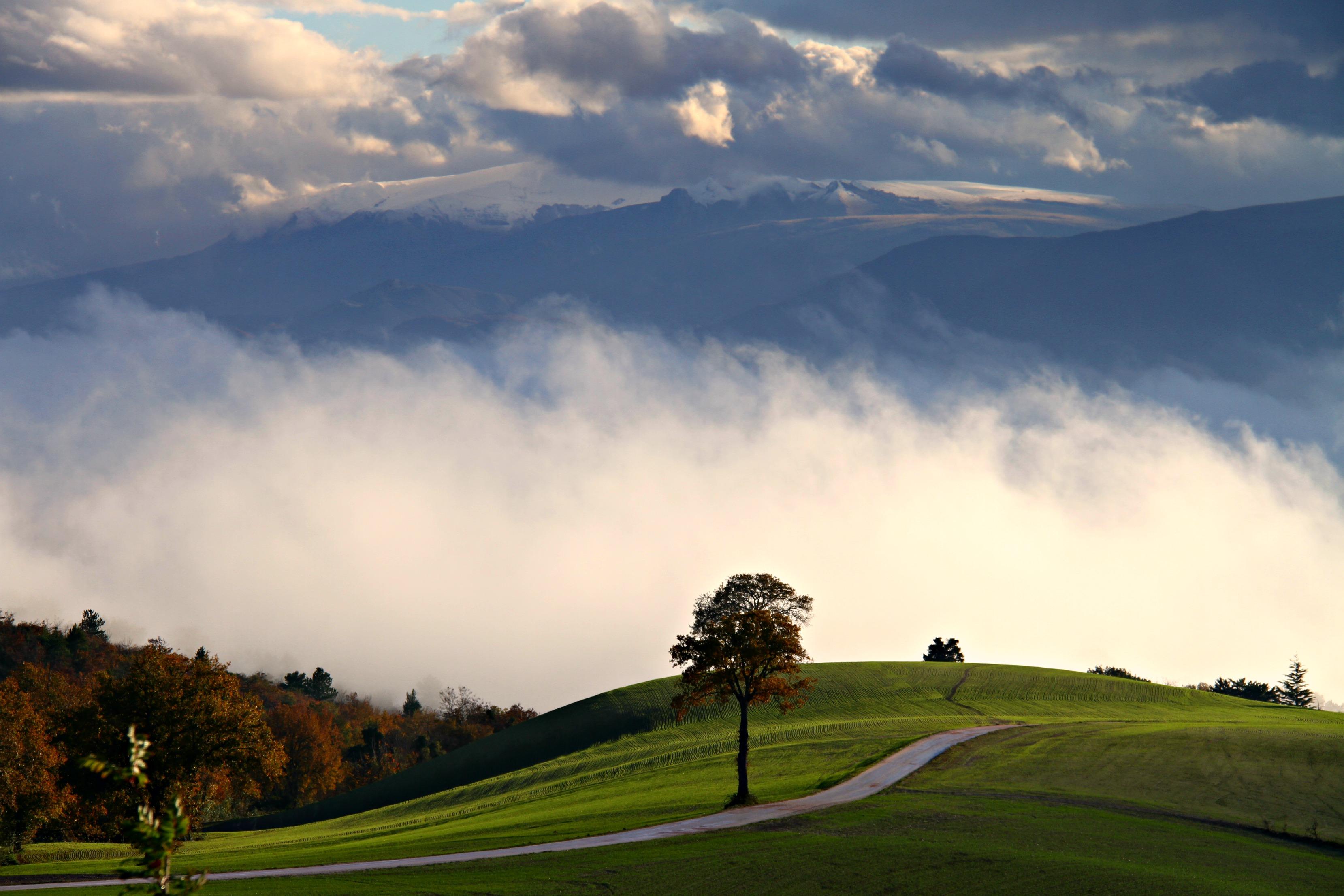 Sfondi  paesaggio montagne Italia collina natura erba cielo la neve campo verde colline mattina orizzonte panorama crepuscolo