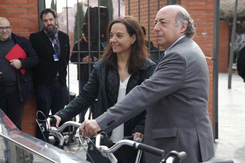 El rector de la Universidad Carlos III, Juan Romo junto a la alcaldesa, Sara Hernández en la nueva estación Gbici.