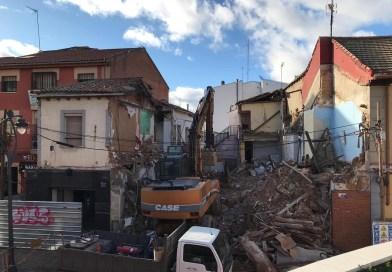 Derriban, tras años clausurado, un edificio de dos plantas de la calle Leganés