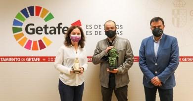 Manuel Carbajo muestra a la alcaldesa su Goya por el cortometraje Blue&Malone: Casos Imposibles