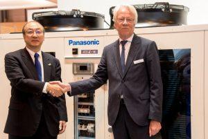 Toshiyuki Takagi, Director Ejecutivo de Panasonic Corporation y Presidente de Panasonic Aire Acondicionado y Roland Kasper, CEO de Systemair.