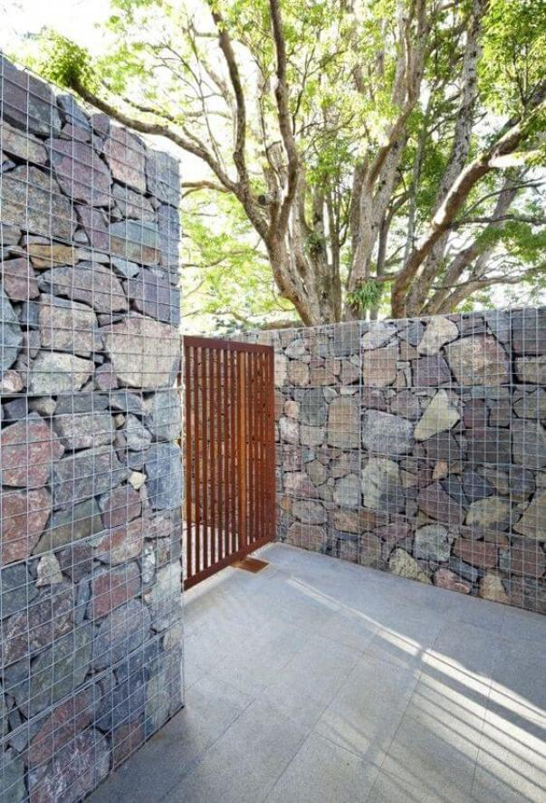 Striking chain link fence privacy screen #privacyfenceideas #gardenfence #woodenfenceideas