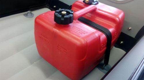 Installation de fixation pour réservoir d'essence