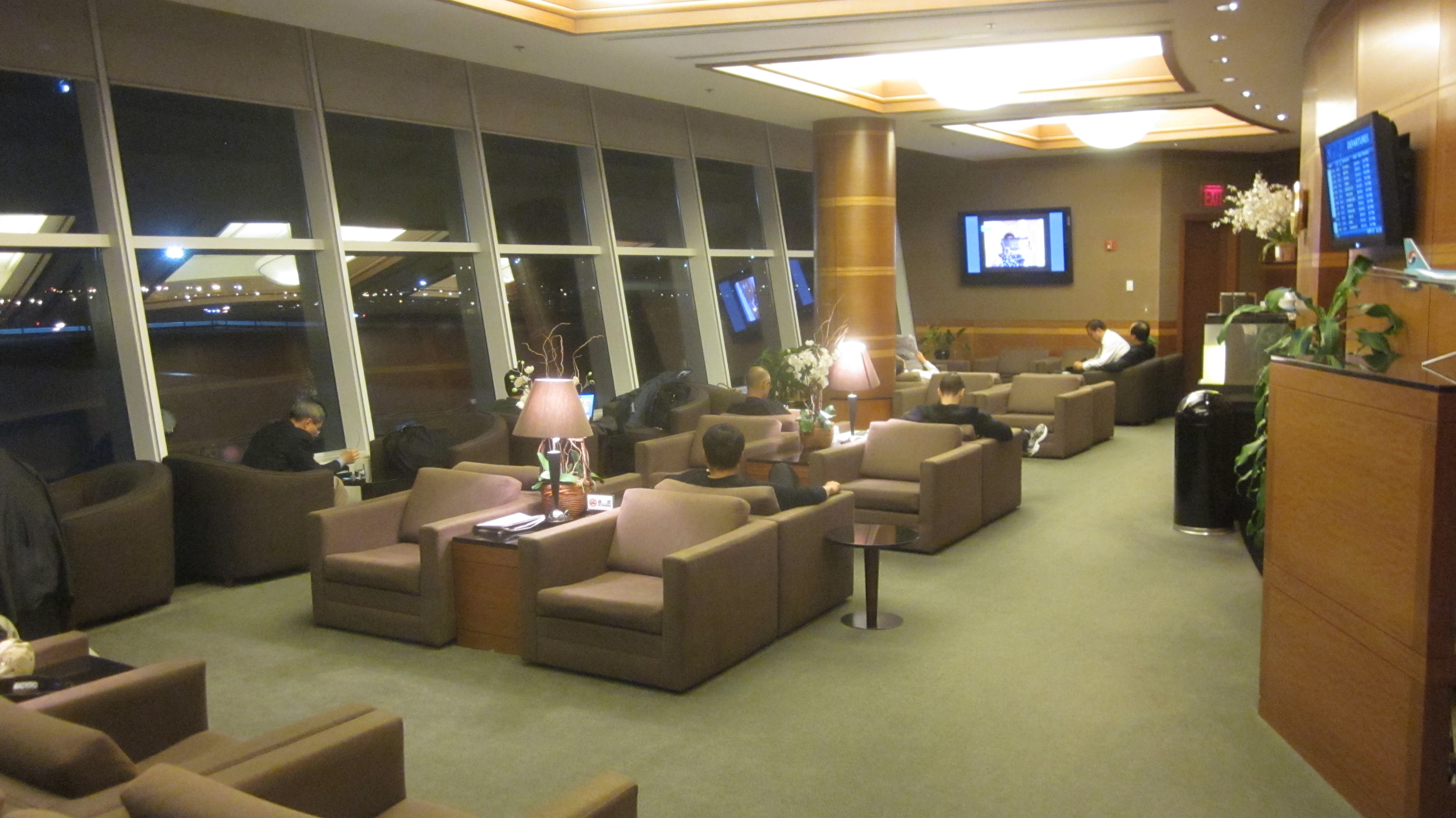 New York JFK lounge surfing KLM The Oasis Air France