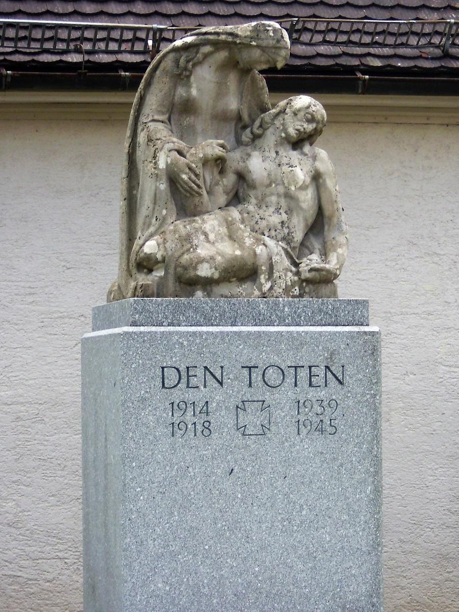 Den Toten monumento ai caduti