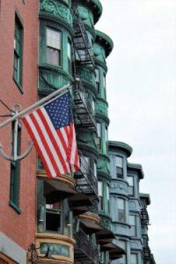 Bandiera americana sventola nel North End di Boston