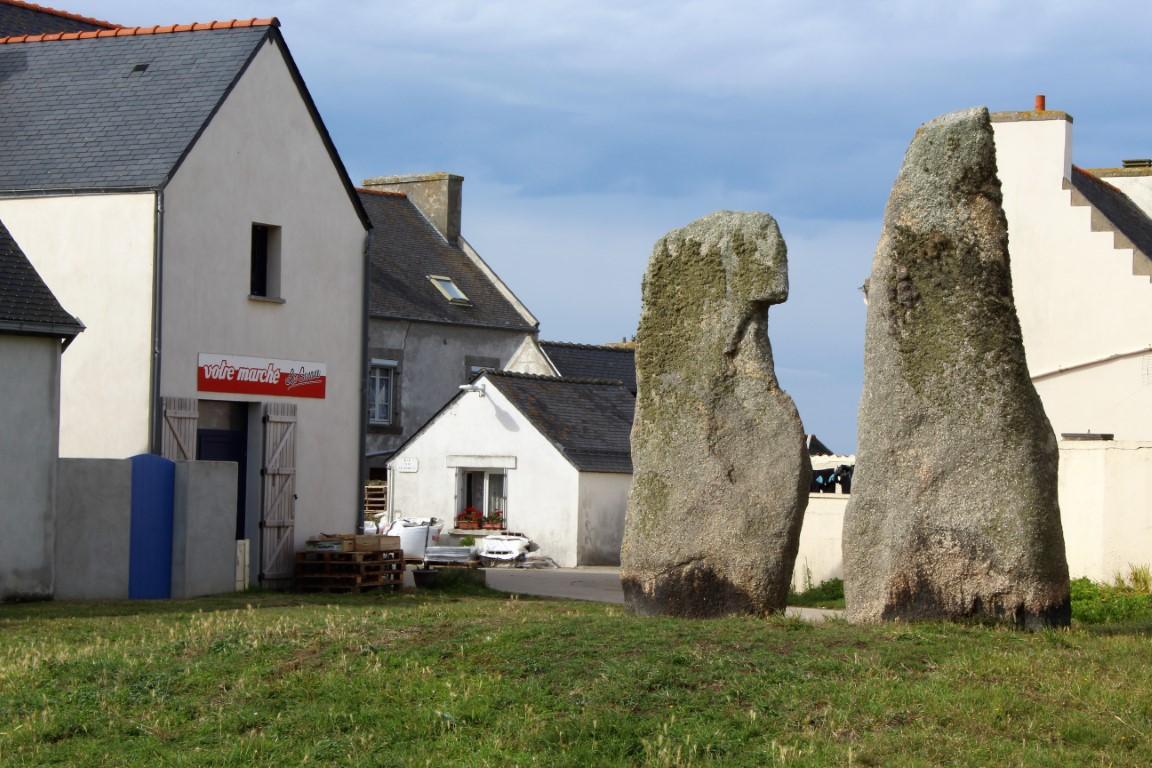 Ile-de-Sein - Ile-de-Sein-I-Menhir-della-chiesa.jpg