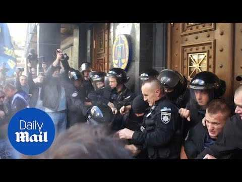 Violent clashes break out in Kiev between police and ultranationalists