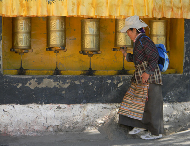 tibetani la roata rugaciunii